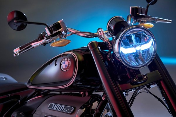 P90386387_highRes_the-bmw-r-18-first-e