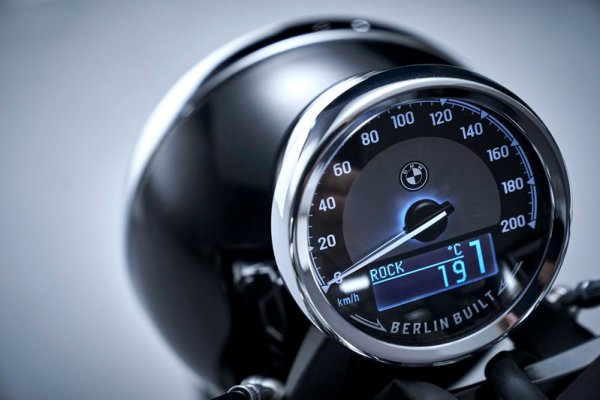 P90386431_highRes_the-bmw-r-18-first-e