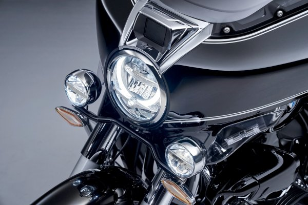 P90431043_highRes_the-new-bmw-r-18-tra