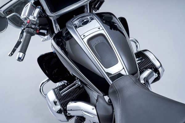 P90431045_highRes_the-new-bmw-r-18-tra