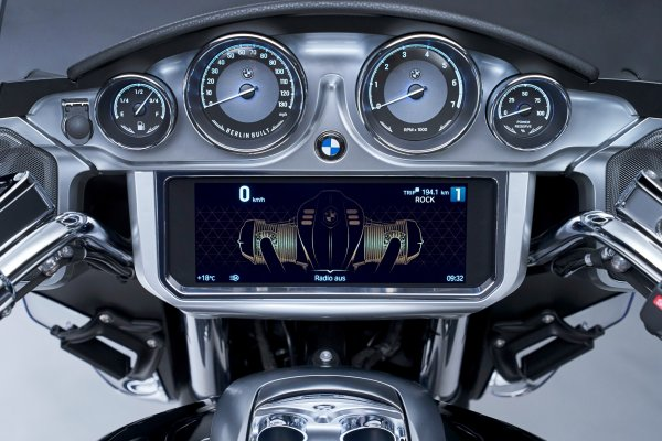P90431040_highRes_the-new-bmw-r-18-tra