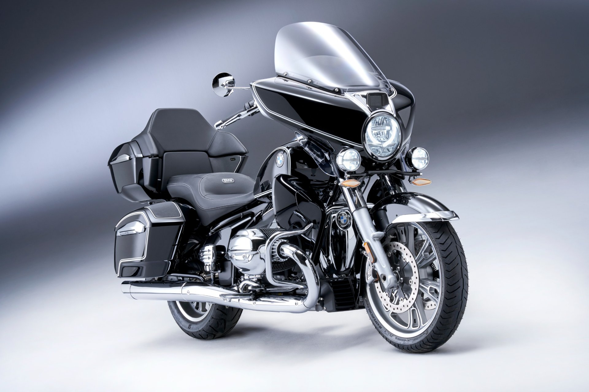 P90431039_highRes_the-new-bmw-r-18-tra
